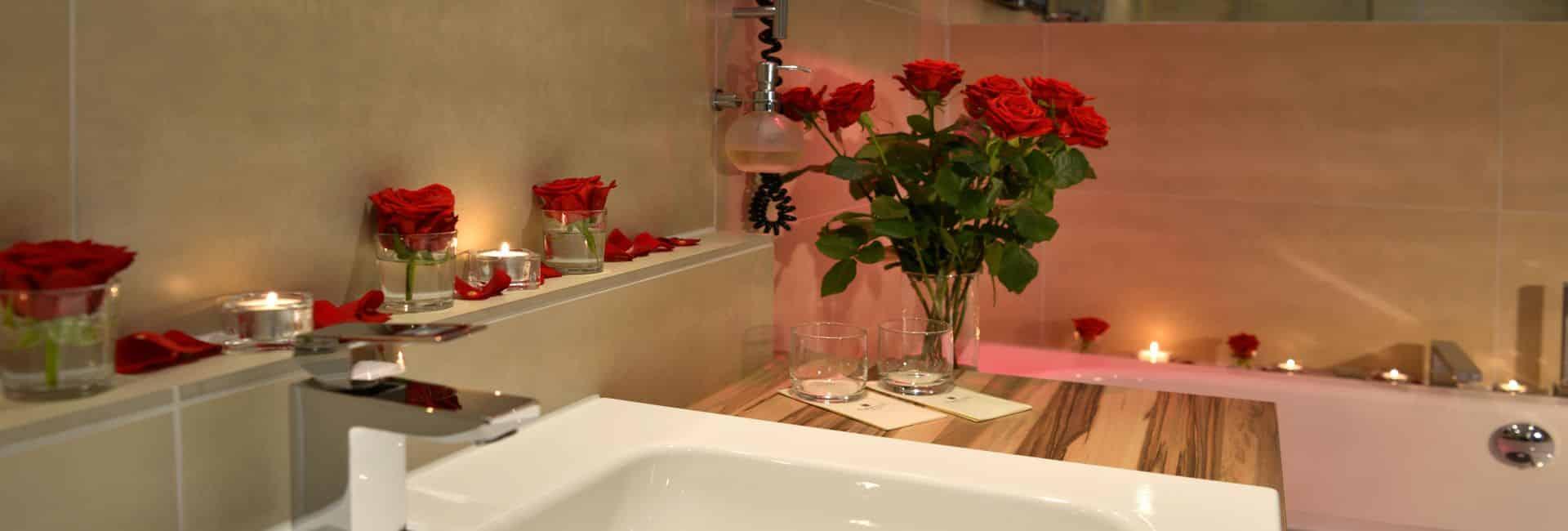 Romantisch dekoriertes Badezimmer Juniorsuite