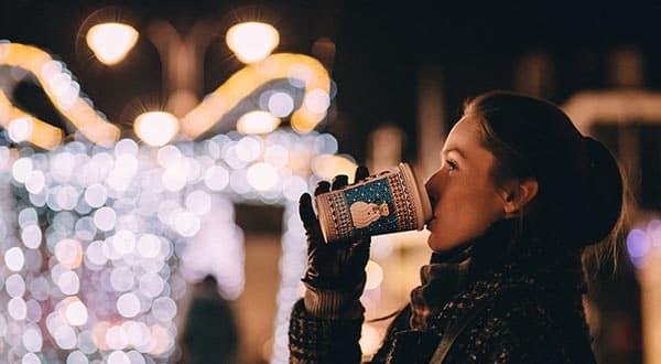 Schmuckbild Frau im Winter mit Heißgetränkbecher
