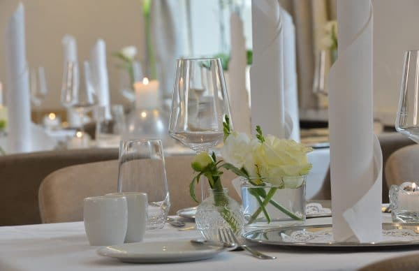 dekorierter Tisch Restaurant weiß