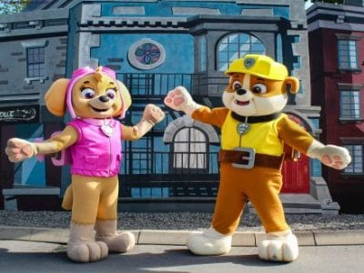 Movie Park Paw Patrol Figuren vor Gebäude