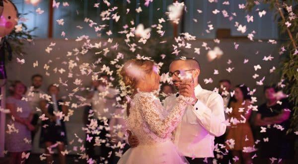 Schmuckbild Hochzeit Paar Blumen tanzen