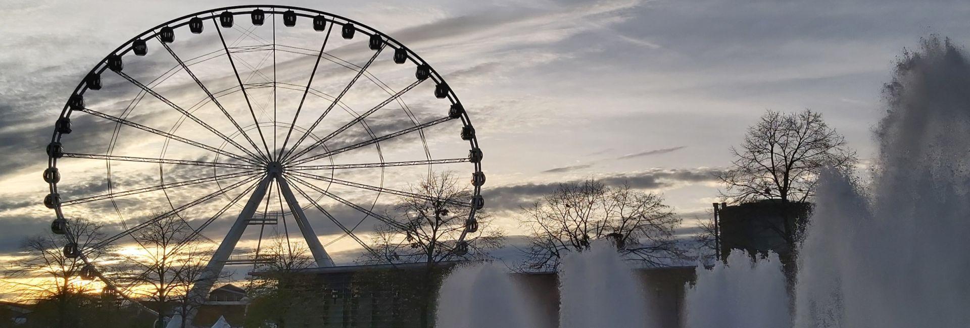 Riesenrad am Centro mit Wasserfontänen