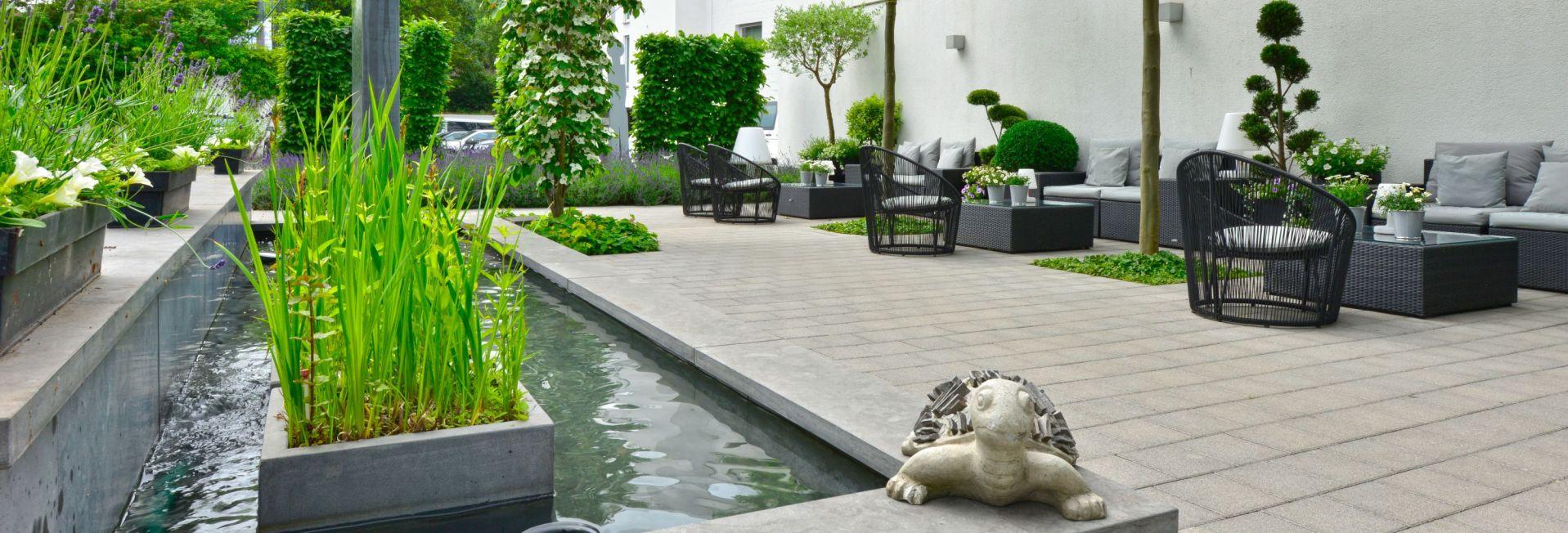 Terrasse mit Brunnen und Schildkröte aus Stein
