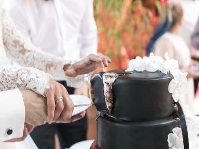 Anschneiden einer Hochzeitstorte