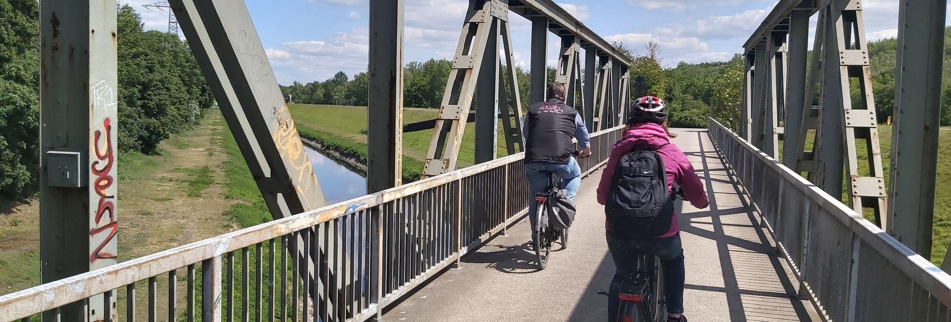 Fahrradfahrer auf der Brücke Fahrradtour Ruhrgebiet