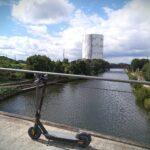 E-Scooter auf der Brücke mit Sicht auf den Gasometer Oberhausen