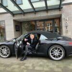 Gast steigt aus dem Auto vor dem Hoteleingang Parkhotel Oberhausen