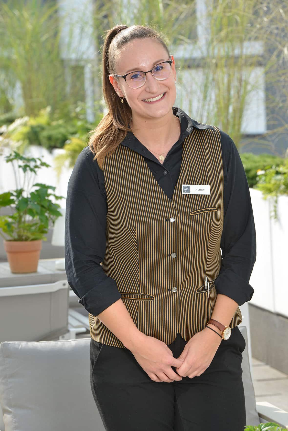 Servicemitarbeiterin Parkhotel Oberhausen auf der Terrasse