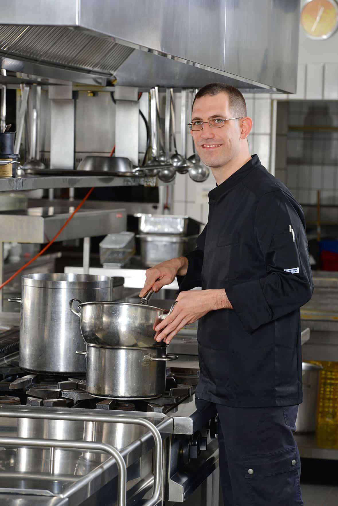 Koch in der Küche am Kochtopf