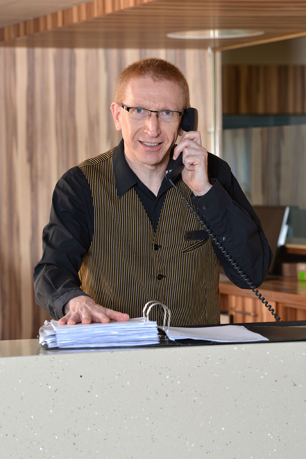 Nachtportier Parkhotel Oberhausen am Telefon hinter der Rezeption