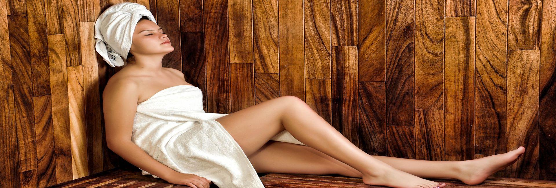 Schmuckbild Dame mit Handtuch in der Sauna