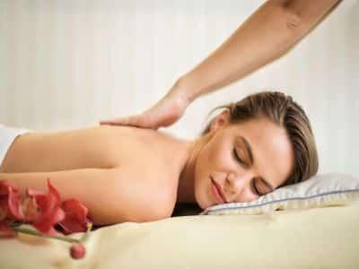 Schmuckbild Massage Frau auf Liege mit Rückenmassage