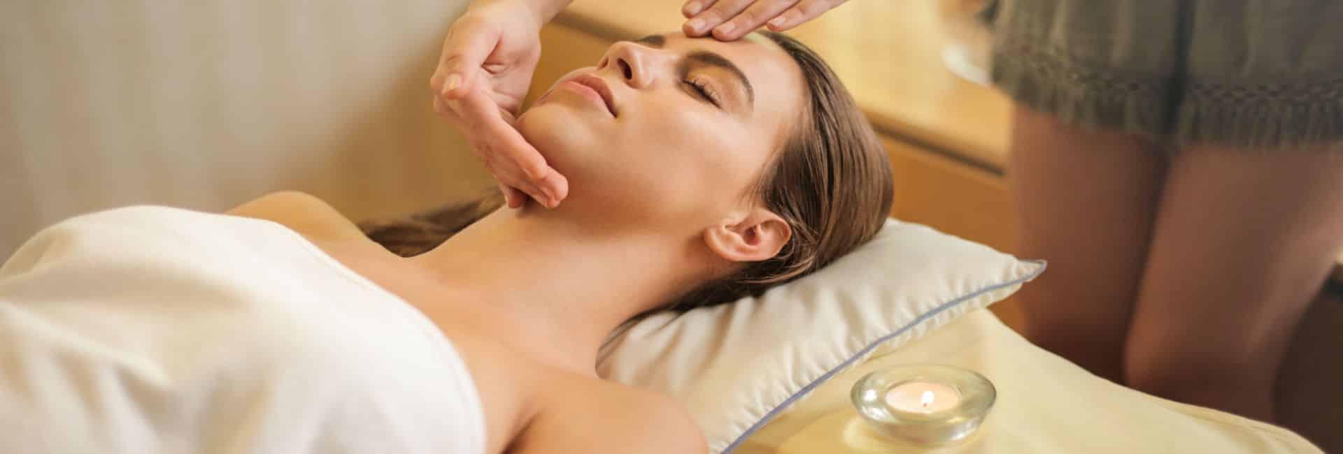 Schmuckbild Kosmetik Frau auf der Liege mit Gesichtsbehandlung
